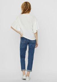 Vero Moda - T-shirt con stampa - snow white - 2