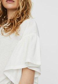 Vero Moda - T-shirt con stampa - snow white - 3