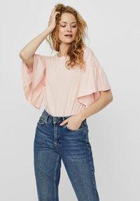 Vero Moda - T-shirt con stampa - chintz rose - 0