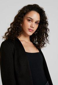 Vero Moda - VMJANEY SHORT  - Blazer - black - 3