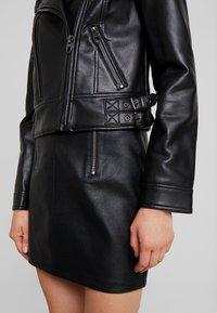 Vero Moda - VMCOOL SHORT COATED JACKET - Chaqueta de cuero sintético - black - 6