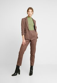 Vero Moda - VMJASMIN CHECK - Blazer - madder brown - 1