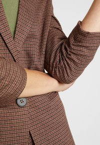 Vero Moda - VMJASMIN CHECK - Blazer - madder brown - 5