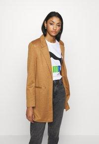 Vero Moda - VMJANEY - Krátký kabát - tobacco brown melange - 0