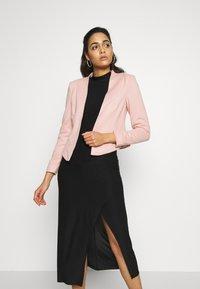 Vero Moda - VMJANEY SHORT - Blazer - misty rose - 0