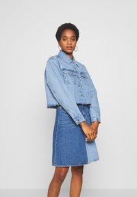 Vero Moda - VMKATRINA CROP JACKET - Denim jacket - light blue denim - 0