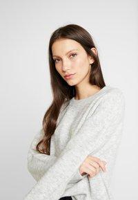 Vero Moda - VMBLAKELY IVA O-NECK - Strikkegenser - light grey melange/snow melange - 4