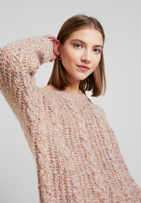 Vero Moda - VMFRIENDLY O-NECK - Svetr - sepia rose/comb - 4