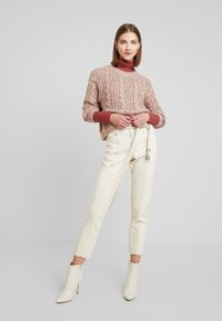Vero Moda - VMFRIENDLY O-NECK - Svetr - sepia rose/comb - 1