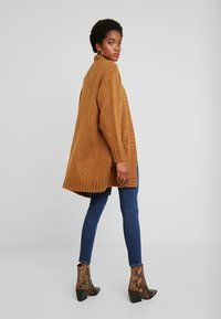 Vero Moda - VMKAKA OPEN COATIGAN - Kofta - tobacco brown/black - 2
