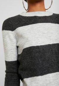 Vero Moda - VMPLEASENT O NECK - Jersey de punto - light grey melange/snow melange - 5