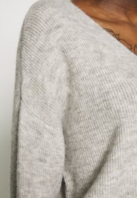 Vero Moda - CREW V-NECK - Pullover - light grey melange - 5