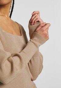 Vero Moda - VMYAZURI SQUARE NECK  - Jersey de punto - beige - 4