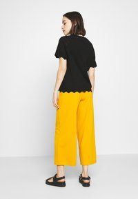 Vero Moda - VMEKAJA O-NECK  - Camiseta estampada - black - 2