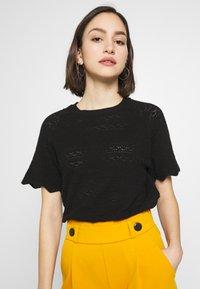 Vero Moda - VMEKAJA O-NECK  - Camiseta estampada - black - 0