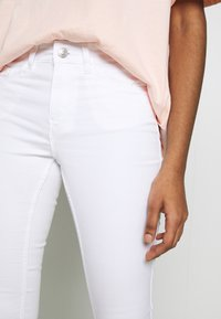 Vero Moda - VMSEVEN SHAPE UP  - Stoffhose - bright white