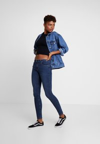 Vero Moda - VMSEVEN SHAPE UP - Jeans Skinny - dark blue denim - 1