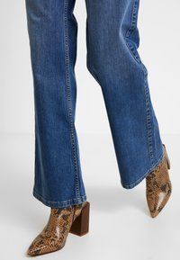 Vero Moda - VMLIV - Flared Jeans - medium blue denim - 3
