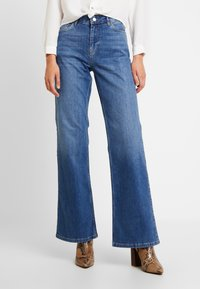 Vero Moda - VMLIV - Flared Jeans - medium blue denim - 0