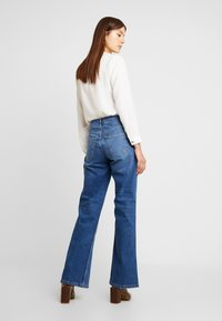 Vero Moda - VMLIV - Flared Jeans - medium blue denim - 2