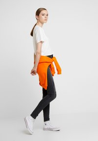Vero Moda - VMSOPHIA DESTROY - Jeans Skinny Fit - dark grey denim - 1