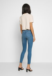 Vero Moda - VMSEVEN SLIM PIPING - Jeans Skinny Fit - medium blue denim - 2