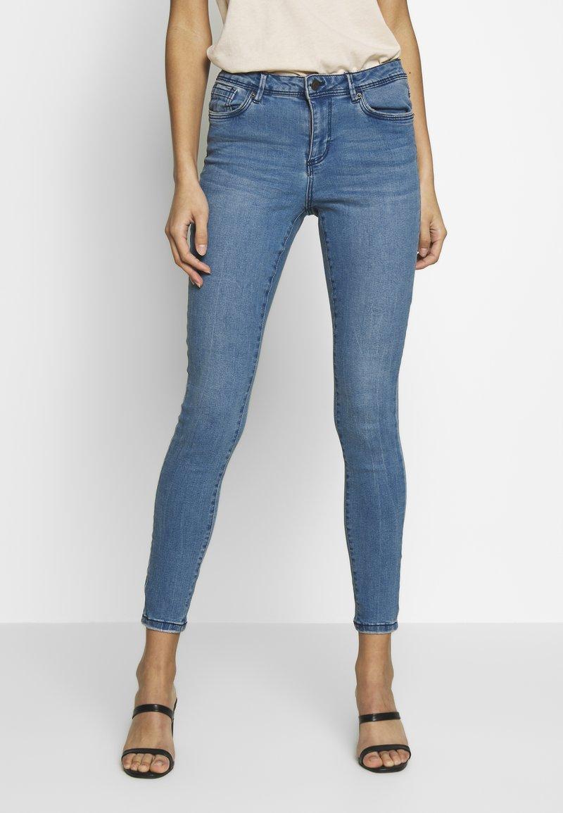 Vero Moda - VMSEVEN SLIM PIPING - Jeans Skinny Fit - medium blue denim