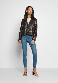 Vero Moda - VMSEVEN SLIM PIPING - Jeans Skinny Fit - medium blue denim - 1