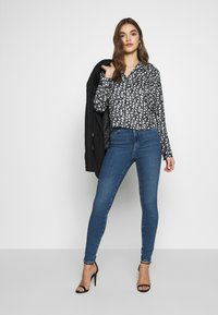 Vero Moda - VMSOPHIA - Jeans Skinny Fit - medium blue denim - 1