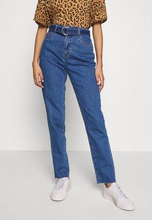 VMJOANA BELT - Jeans Tapered Fit - medium blue denim