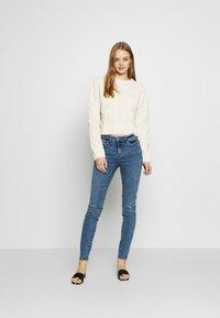 Vero Moda - VMSEVEN DESTROY - Jeansy Skinny Fit - medium blue denim - 1