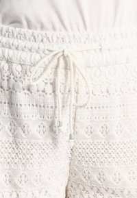Vero Moda - VMHONEY - Shorts - snow white - 3