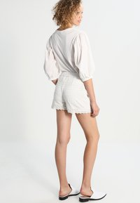 Vero Moda - VMHONEY - Shorts - snow white - 2