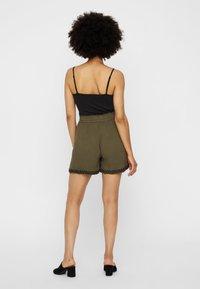Vero Moda - VMHOUSTON - Shorts - ivy green - 2