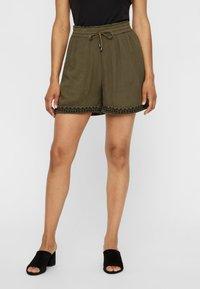 Vero Moda - VMHOUSTON - Shorts - ivy green - 0