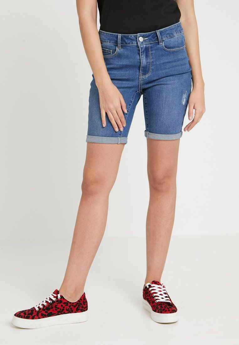 Vero Moda - VMSEVEN MR SLIM DEST FOLD - Jeans Shorts - medium blue denim