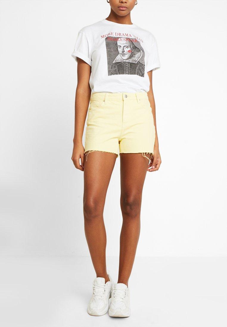 Vero Moda - VMANNA  - Jeans Shorts - mellow yellow