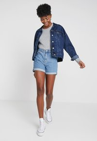 Vero Moda - VMNINETEEN LOOSE - Szorty jeansowe - light blue denim - 1