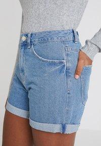 Vero Moda - VMNINETEEN LOOSE MIX NOOS - Shorts vaqueros - light blue denim - 3