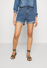 Vero Moda - VMNINETEEN LOOSE MIX NOOS - Szorty jeansowe - medium blue denim - 0