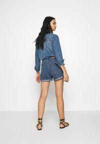 Vero Moda - VMNINETEEN LOOSE MIX NOOS - Szorty jeansowe - medium blue denim - 2