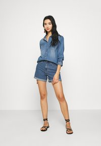 Vero Moda - VMNINETEEN LOOSE MIX NOOS - Szorty jeansowe - medium blue denim - 1