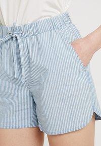 Vero Moda - VMMAYA CHAMBRAY - Jeansshorts - light blue denim/white - 4