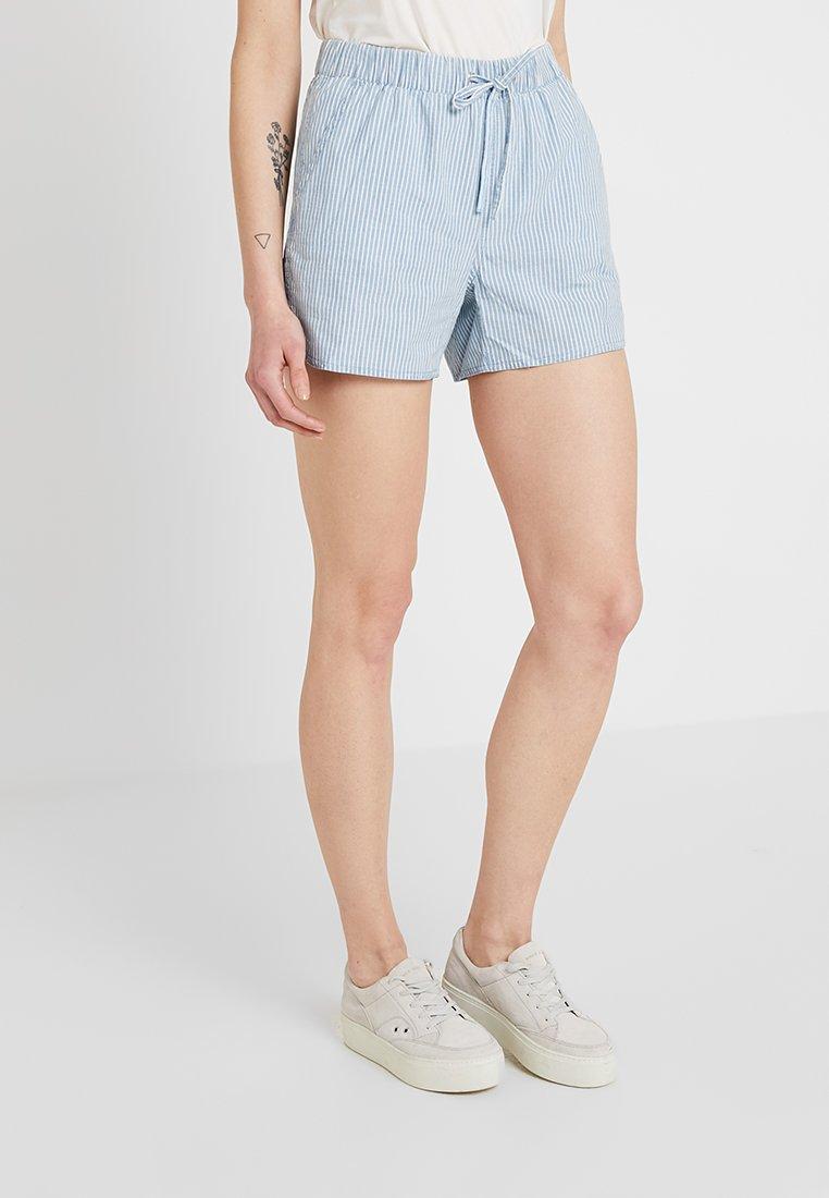 Vero Moda - VMMAYA CHAMBRAY - Jeansshorts - light blue denim/white