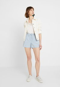 Vero Moda - VMMAYA CHAMBRAY - Jeansshorts - light blue denim/white - 1