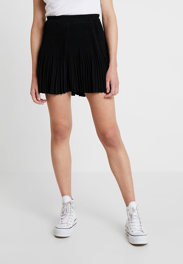 Vero Moda - VMCHERYL PLEAT - Shorts - black