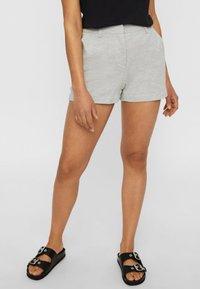 Vero Moda - Shorts - light grey melange - 0