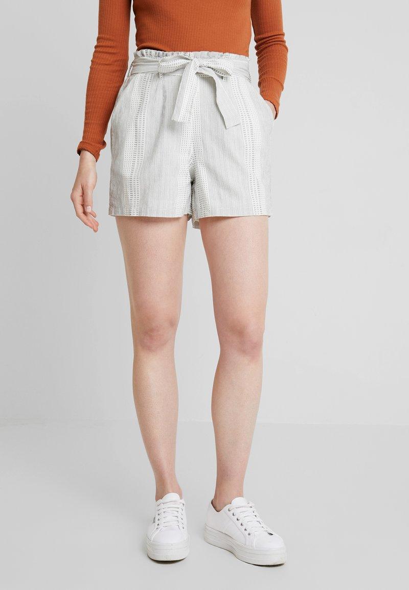 Vero Moda - VMDICTHE - Shorts - snow white/hilda