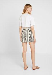 Vero Moda - VMDICTHE - Shorts - birch/black - 2