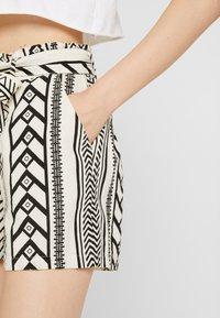 Vero Moda - VMDICTHE - Shorts - birch/black - 5